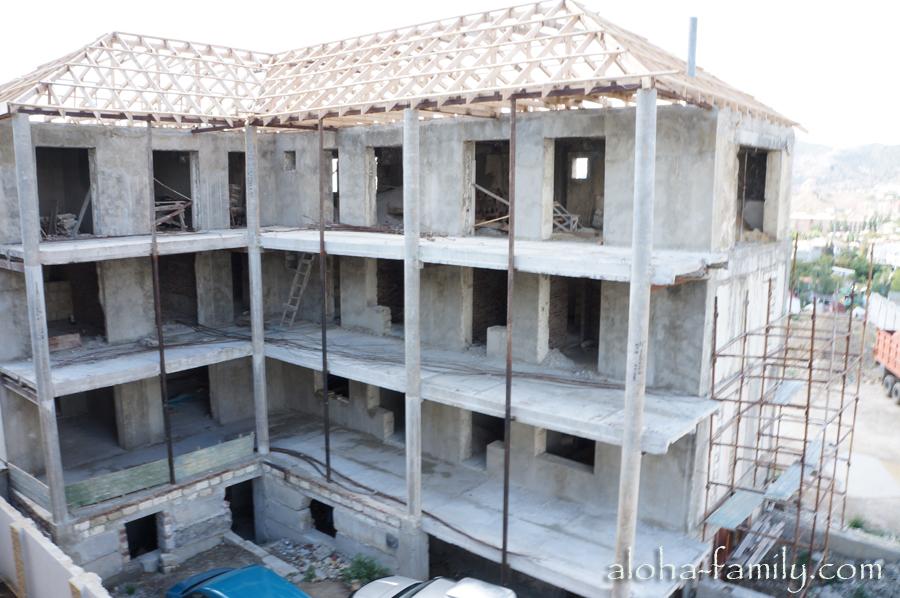 Вид на стройку из окна мини-гостиницы в Судаке