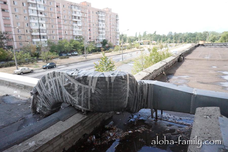 А из нашего окна... мусорка видна! Типичное Запорожье: люди бросают мусор прямо из окон. Что это? Дикость или норма?