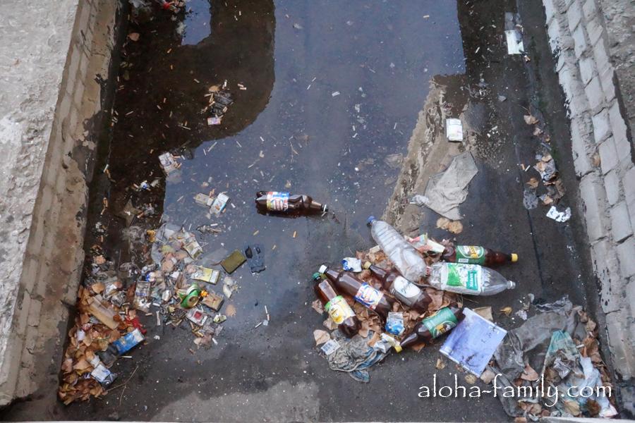 Американцы накидали мусора у меня под окном!