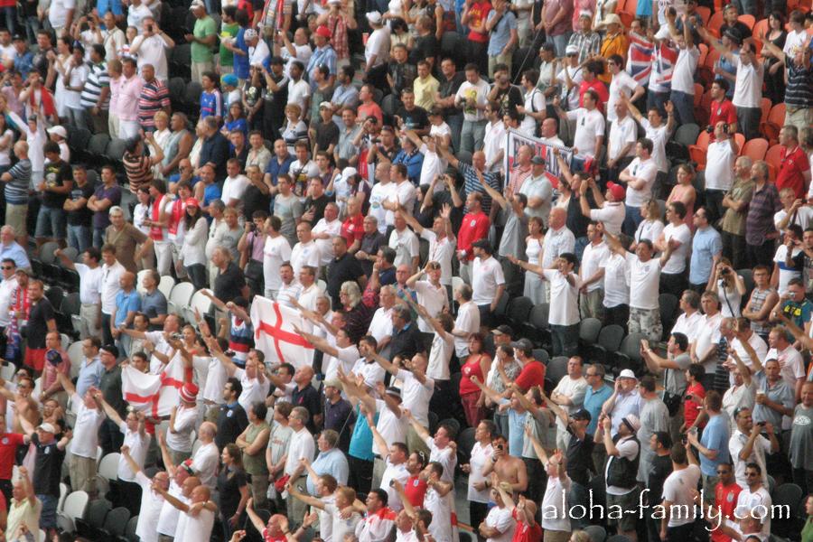 Английские фанаты гонят своих футболистов вперёд