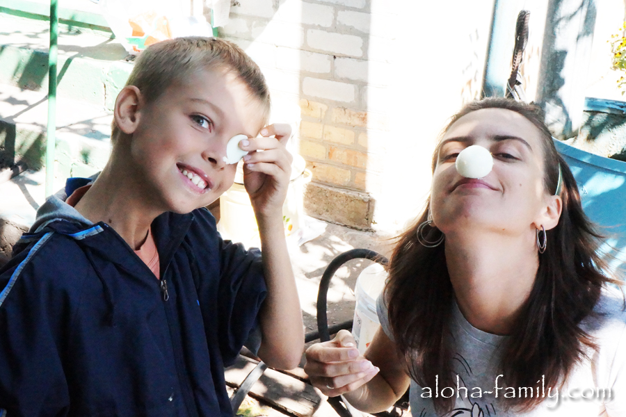 Лена дурачится со своим братом