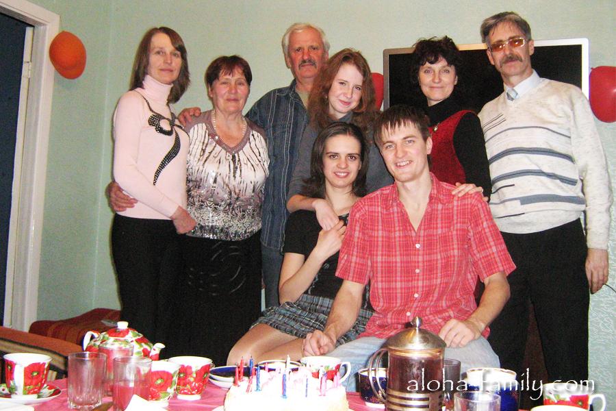 Отмечает День рождения Леночки в семейном кругу