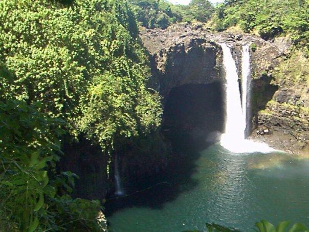 Водопад Rainbow Falls на Большом острове (Гавайи)
