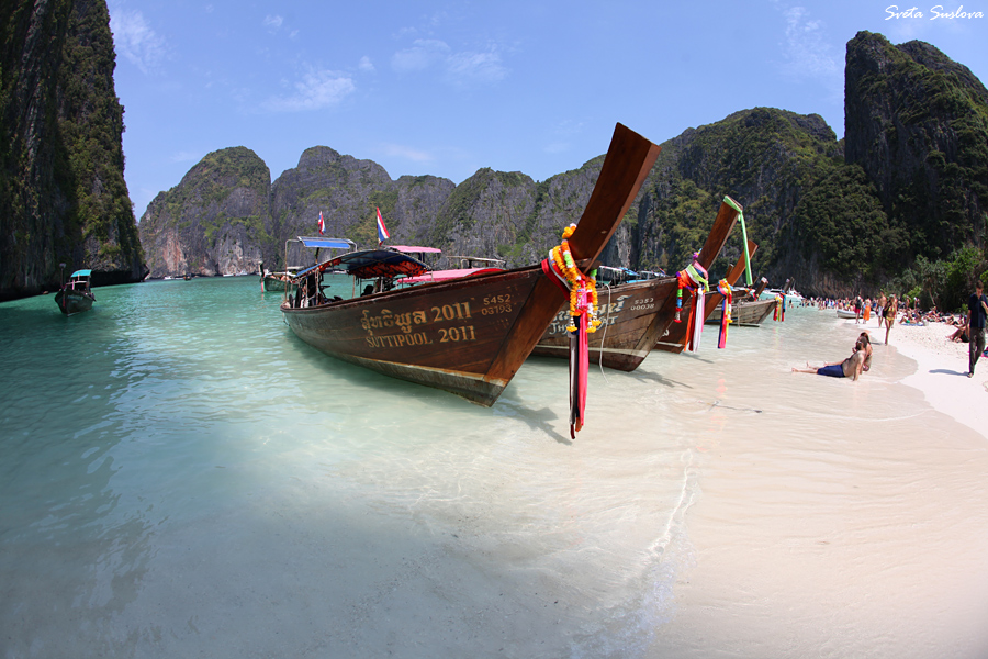 Знаменитый архипелаг Пхи-Пхи - на пляже всегда много туристов! :(