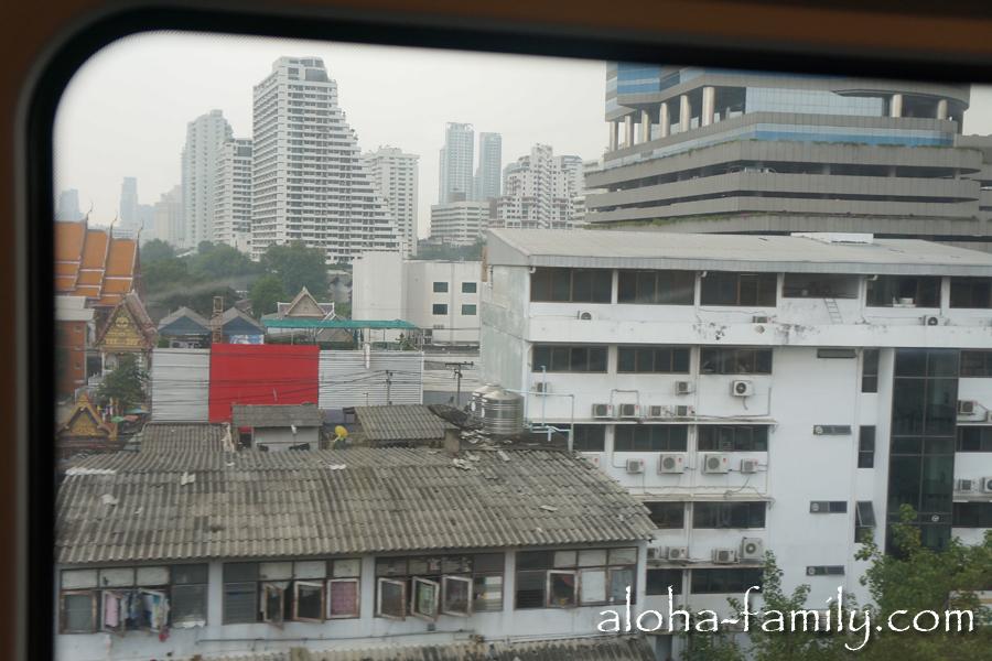 Блеск и нищета Бангкока - за окном вагона метро мелькают небоскрёбы и трущобы