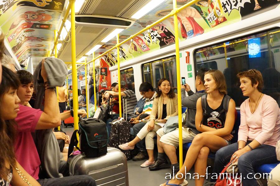 Гламурный вагон метро в Бангкоке - из аэропорта едут практически одни белые люди