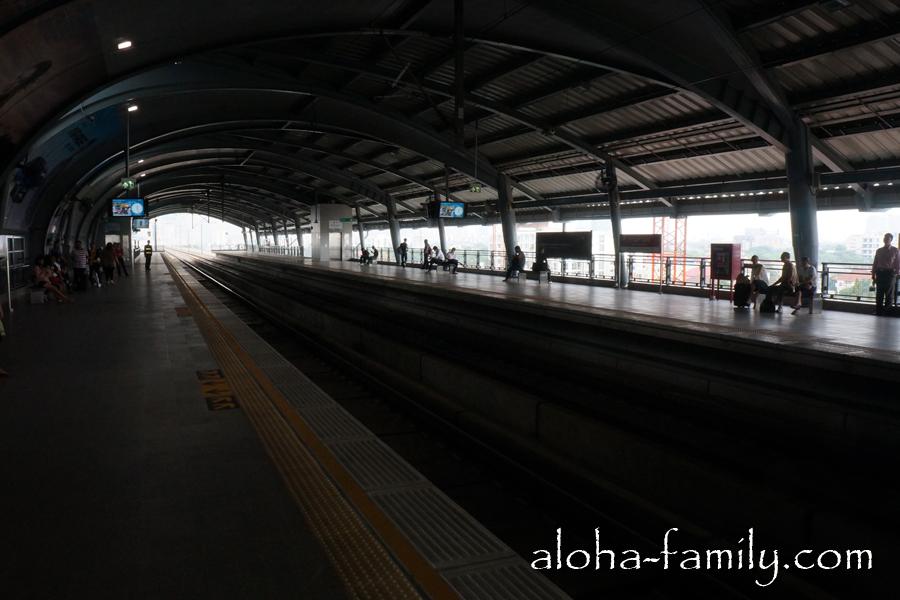 На этой станции метро нет заграждений, а в аэропорту опасная зона зашита пластиком и металлом