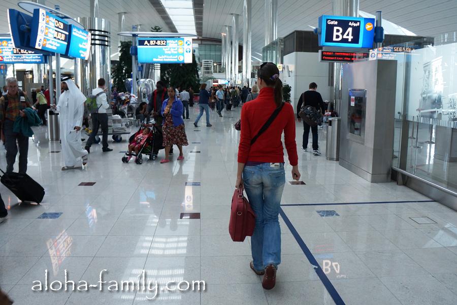 По пути к терминалу B-32 в шикарном и пёстром аэропорту города Дубаи
