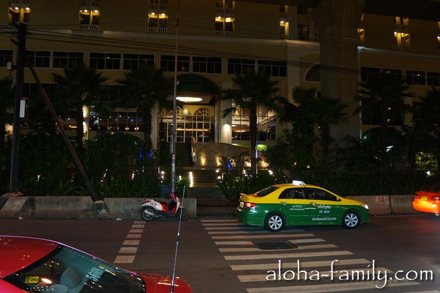 Возвращаемся на ужин - с этой стороны отеля даже есть зебра, а это, как нам показалось, большая редкость в Бангкоке