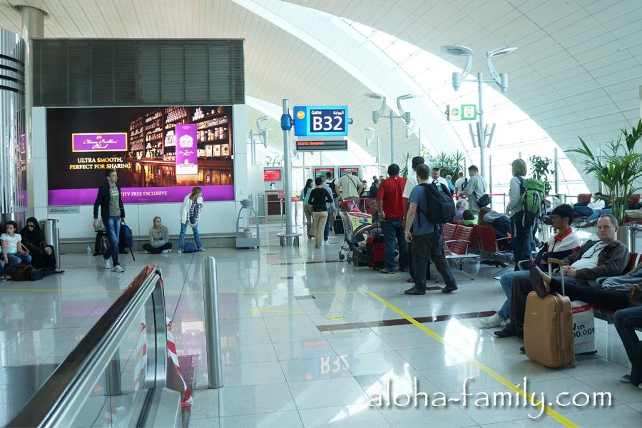 """С заветным терминалом B32 явно что-то не так: компания Emirates видимо намекает на коктейль B-52 и на то, что некоторые """"руссо-туристо"""" будут бухать всю дорогу)))"""
