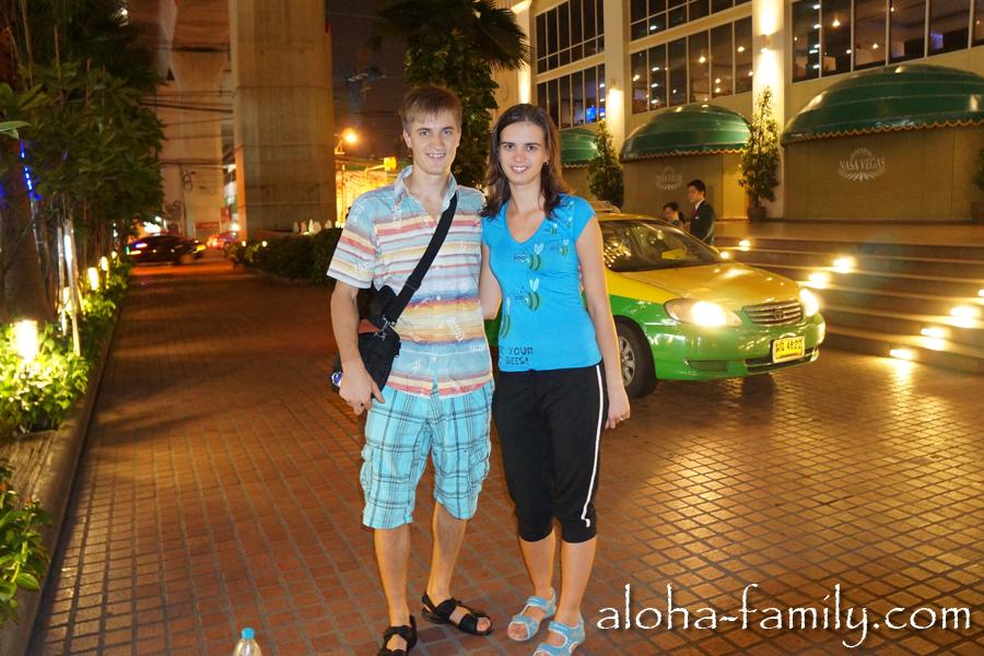 Семейное фото возле Nasa Vegas Hotel