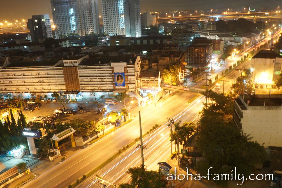 Та же улица Бангкока, только ночью
