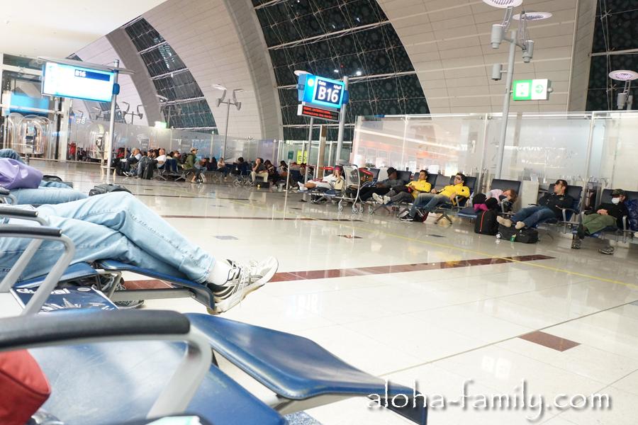 Здесь мы спали в аэропорту ОАЭ