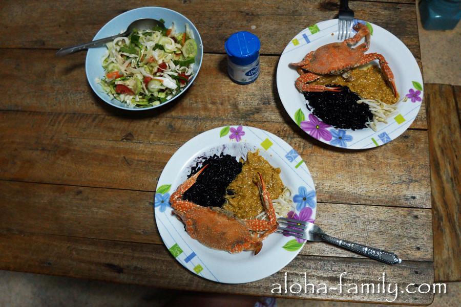 Чёрный рис, крабы, специальный соус для крабов и местные бобовые - безумно вкусно!