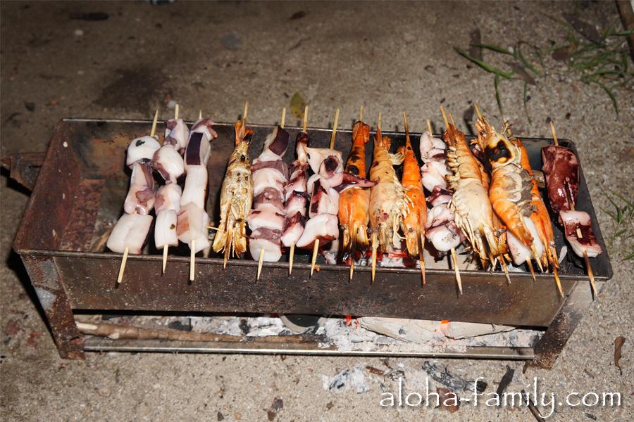 Делаем шашлычки с кальмаром, осьминогом и тигровой креветкой