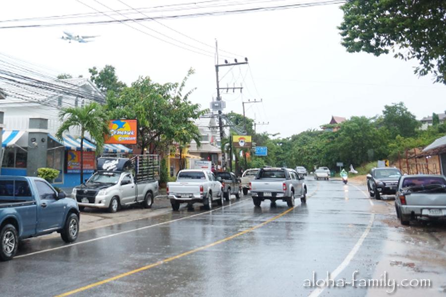 Дорога возле рынка оживлена, несмотря на дождь всё работает и даже самолёты летают