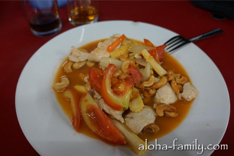 Курица, кешью, томаты - мы не едим тут никаких личинок и стрёмных червячков - всё исключительно вкусно и полезно! :)