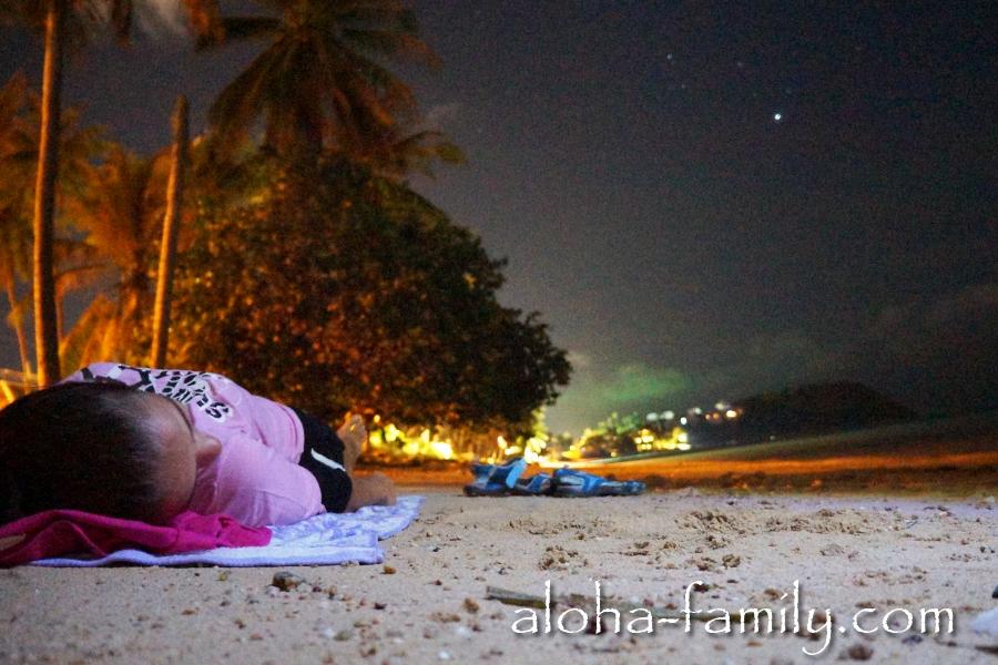 Леночка почти уснула пока я её фоткал на пляже