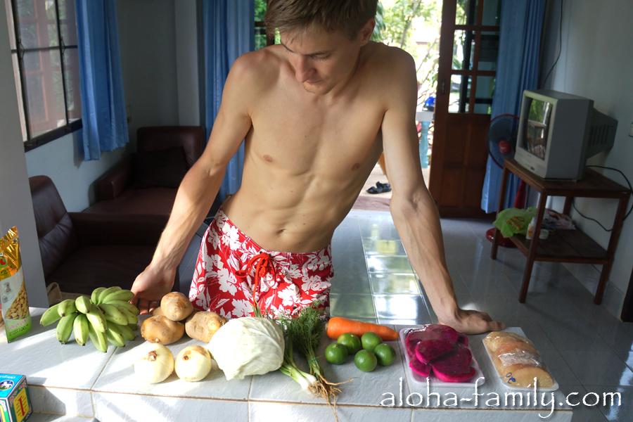 На рынке и в магазинах вполне можно купить и привычные нам овощи, хотя непривычных продуктов больше