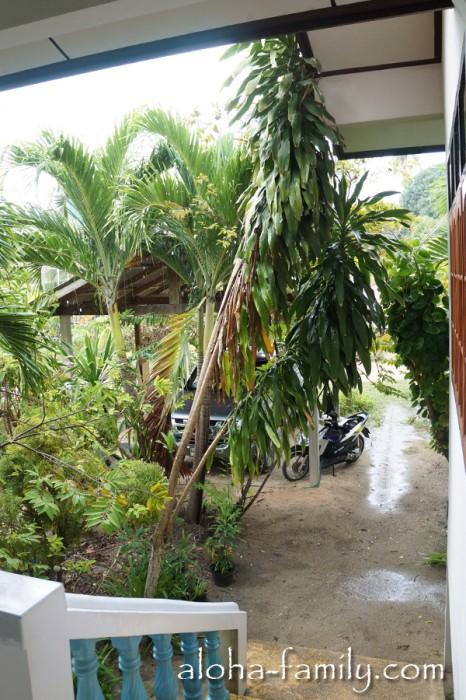 """Наш дом на Самуи: вид из моего """"офиса""""-веранды на """"парковку"""" с байком (стоимость аренды дома $300)"""