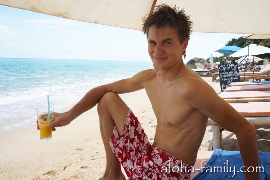 Наслаждаюсь апельсиновым фрешем на пляже Ламаи