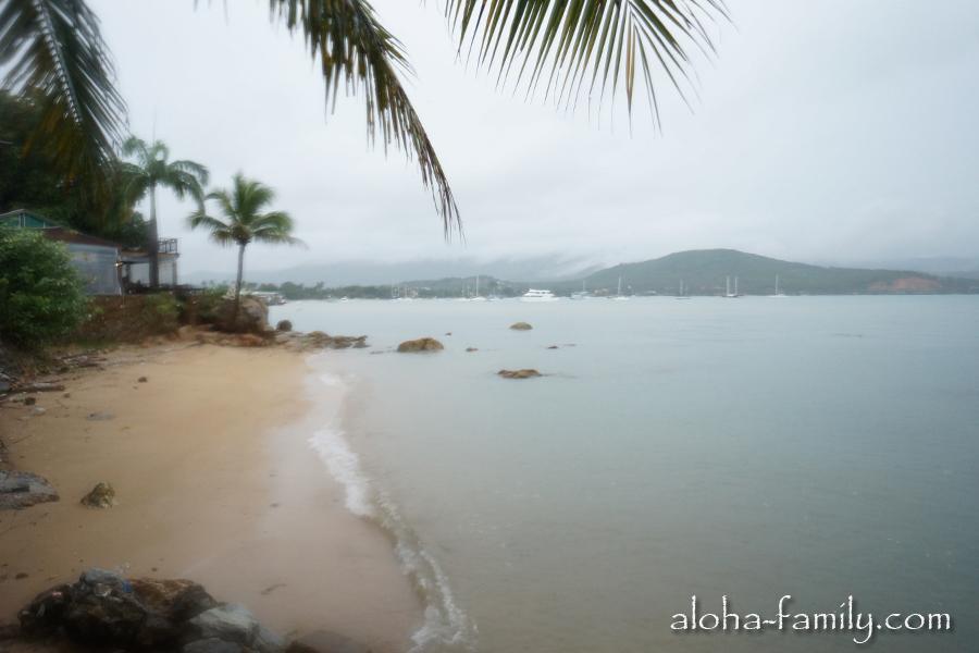 Несмотря на непогоду, море возле Банг Рака, как обычно, спокойно