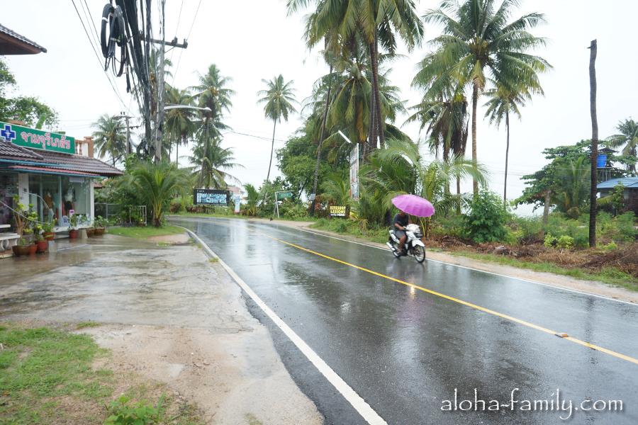 Машина - это супер, но если у вас нет машины, то сойдет и обычный мотобайк... с зонтиком! :-)