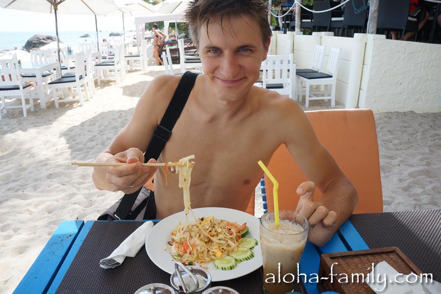 Обед на пляже Ламаи - традиционный пад тай и кофе со льдом