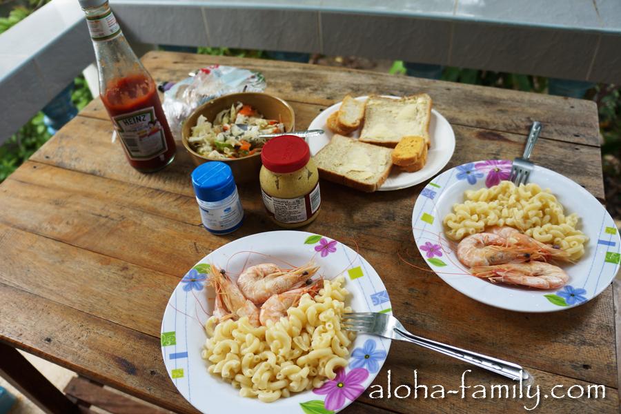 Наш обычный тайский обед - макароны, креветки и овощной салатик