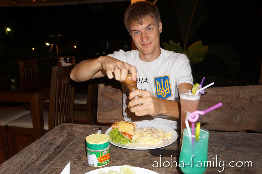 Отмечаем последний день в отеле - заказали спагетти Фетучини с куриным филе и пару коктейлей. Всего: 500 бат.