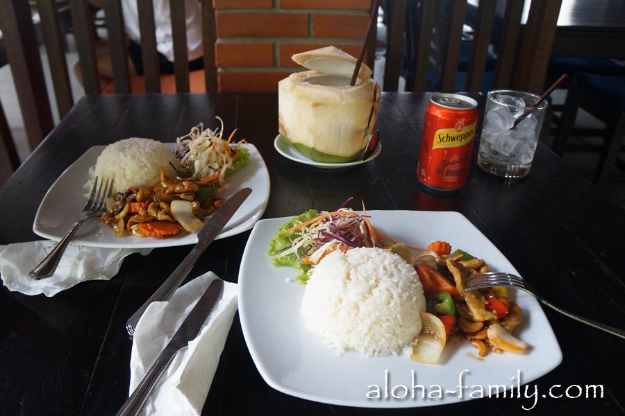Попали под ливень на Бопуте и спрятались в кафе, где решили в итоге пообедать. На фото: курица с рисом, овощи и соус с кешью - пальчики оближешь!