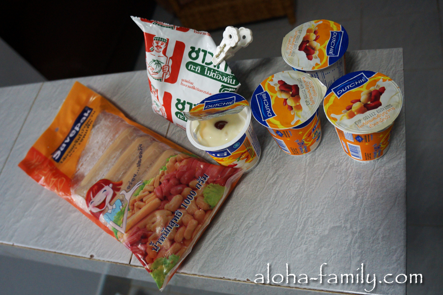 То, что мы не распробовали - куриные сосиски, кокосовое молоко и йогурт из бобов. Кое-что из этого отправилось в мусорный ящик!