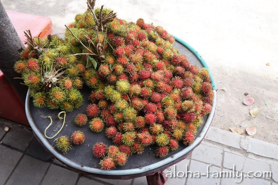Удивительный рамбутан - до сих пор никак не перепробуем все тайские фрукты - их тут мульйон, не меньше!