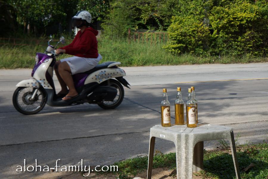 В бутылках из под рома прямо возле дорог продают бензин - покупать его не стоит, если вы хотите экономить, потому что в бутылке вам продадут 0,5 литра бенза по цене литра на заправке. :-)