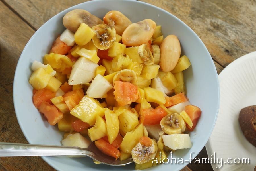 Вот такие салаты мы кушаем каждый день в основном на завтрак. Конкретно в этом салтике: папайя, банан, ананас, манго, гуава и салакка