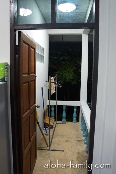 Вторая веранда (или скорее балкон) - используется для сушки белья и полотенец; а ещё рядом растёт папайя
