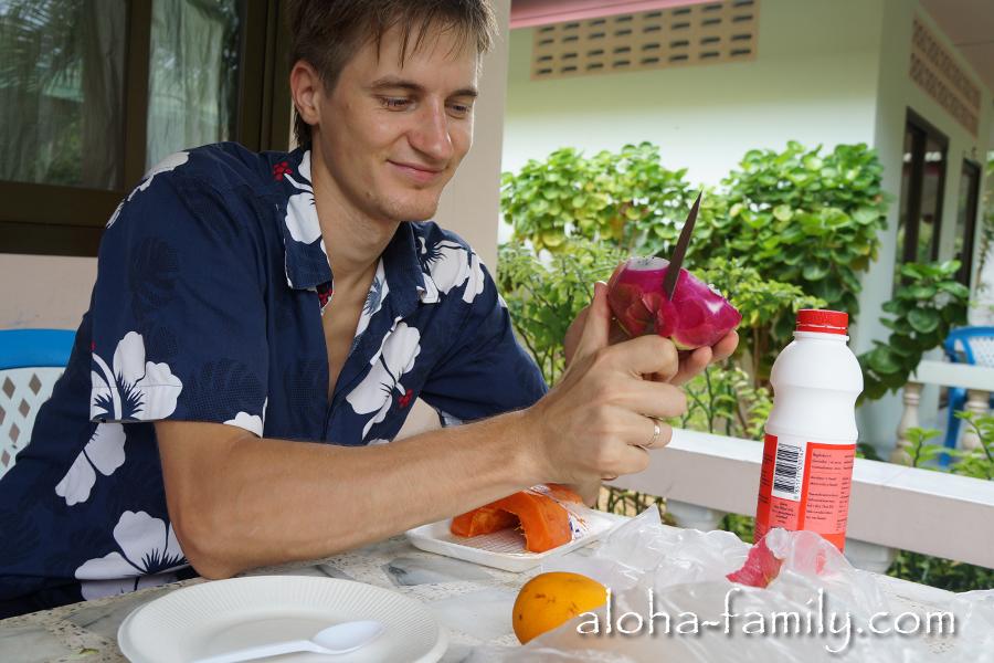 Завтрак перед поисками дома: мюсли с йогуртом и фруктовый салат из папайи, мандарина и дракон-фрукта. Сейчас мы придумали сочетания фруктов и получше! :)