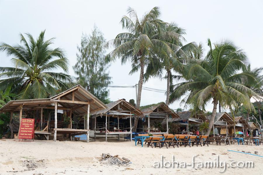 Здесь вас могут накормить и сделать вам тайский массаж