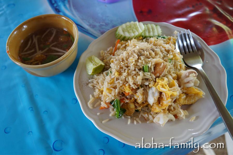 Жаренный рис с морепродуктами в тайской забегаловке стоит 60 бат, а к нему подают небольшую пиалку с супчиком