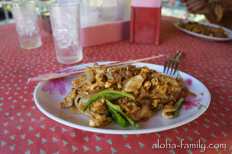 Большая тарелка с рисовой лапшой, курочкой и овощами - 35 бат (чуть больше доллара)