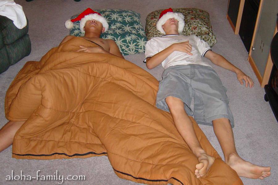 Дюк спал на полу, а я надел на него шапку и тоже примостился на пол ради праздничной фотки))