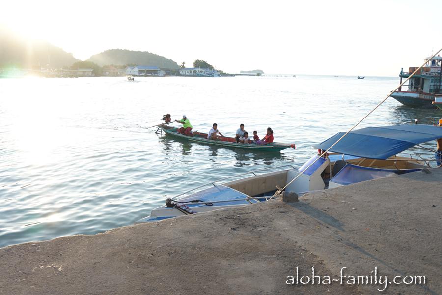 Ещё одна лодка-маршрутка - мы на ней покататься не успели! :(