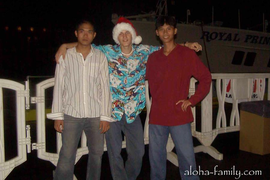 Гонолулу - новогодняя ночь 2004 и наше трио - один из Украины и двое из Вьетнама. :)