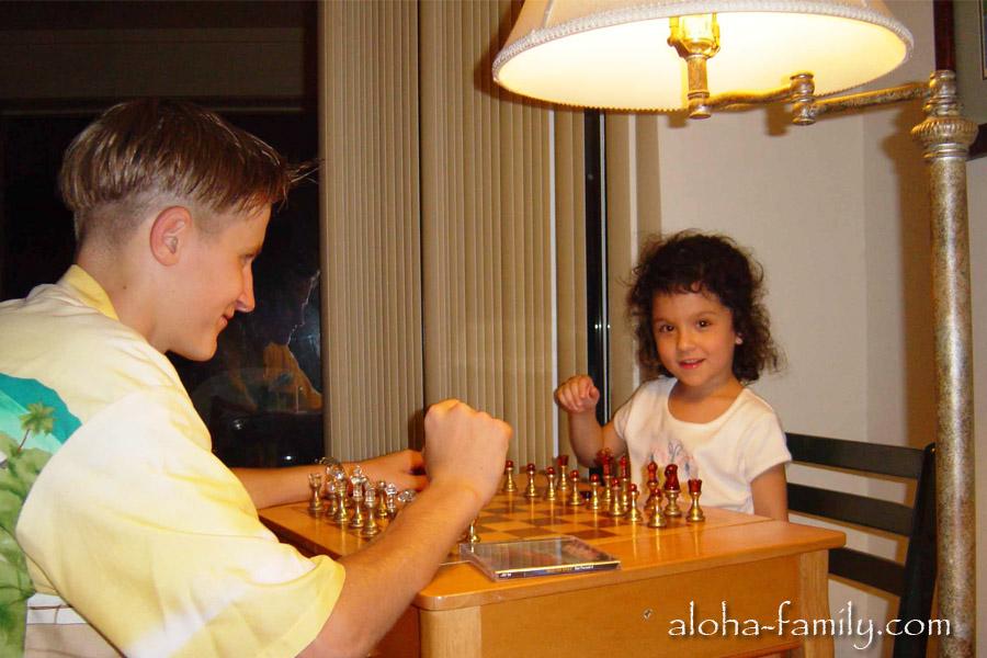 Играем в шахматы с американским ребенком)) На самом деле пока мужчины играли в шахматы, девочка очень внимательно за ними наблюдала, а потом села так за стол, что я решил - грех с ней не сфоткаться)))