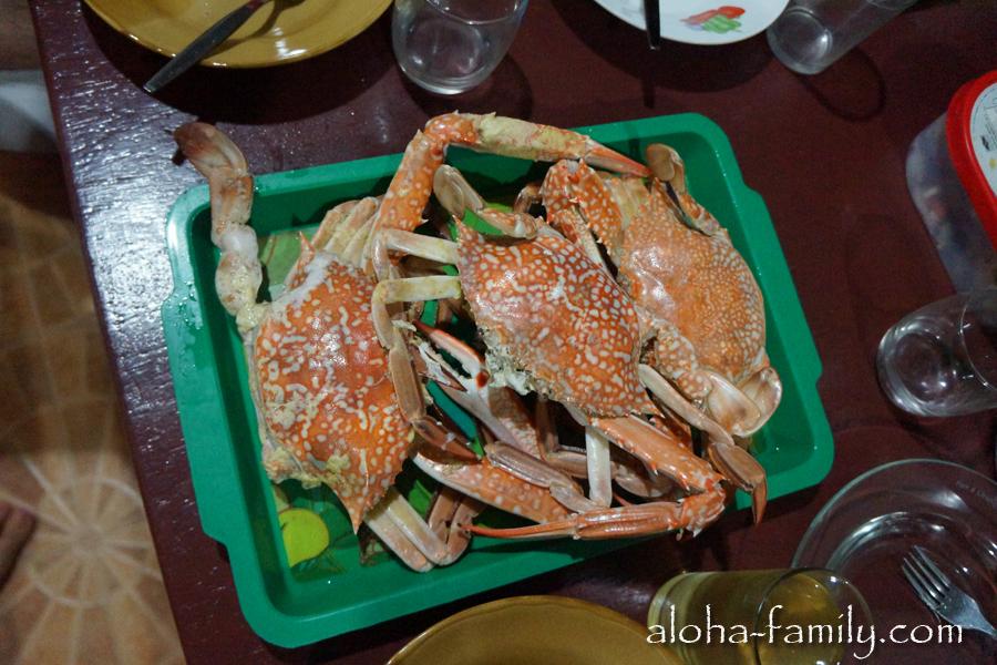 Какой же праздничный стол на Самуи без морепродуктов - на ближайшем рынке Сашу и Лизу поджидал вкусный краб! :)