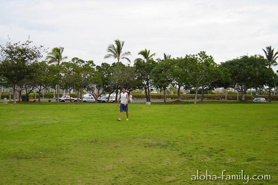 Классная поляна для футбола и отдыха возле пляжа Ко Олина городка Каполей - 24 декабря 2003 года
