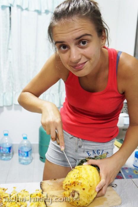 Лена даёт вновь прибывшим мастер-класс по чистке и разделыванию ананаса