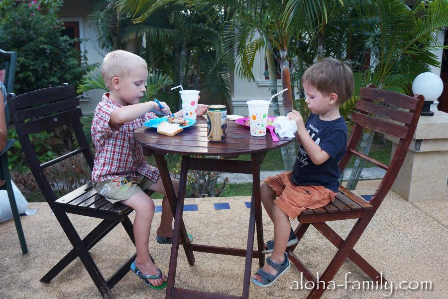 Малышне кто-то поставил баночку пива на стол - видимо, чтобы им было тоже весело отмечать новоселье на Самуи!