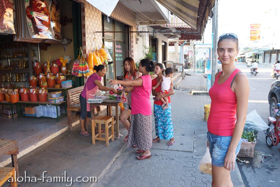 На улице Донсака довольно опрятно и чисто, и все смотрят на европейцев (если они есть рядом))