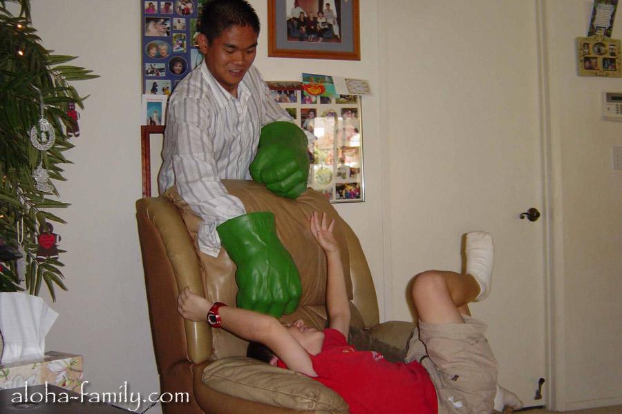 Наш товарищ Дюк из Вьетнама играет с американским мальчиком в Халка!